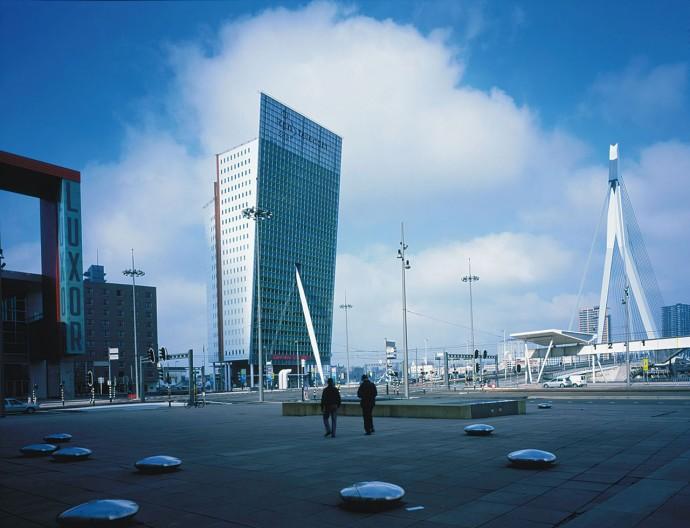 Biurowiec narodowego telekomu KPN zaprojektowany przez Renzo Piano, podparty zastrzałem nawiązującym do ikony miasta – Mostu Erasmusa © Michel Denancé