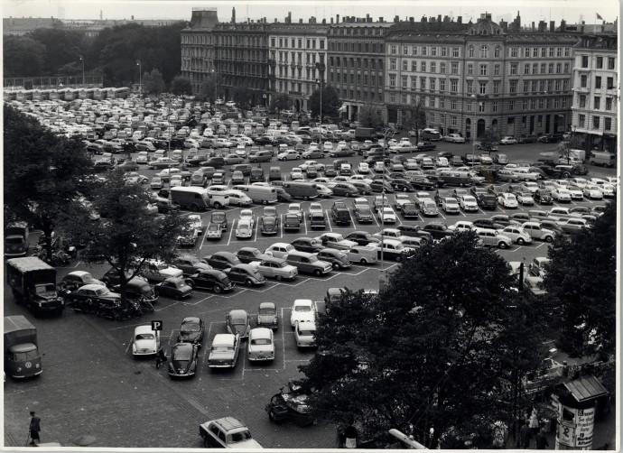 Dziesięć pierwszych rzędów parkingu z 1961 roku zajmuje dzisiejsze targowisko © Kopenhaskie Archiwum Miejskie