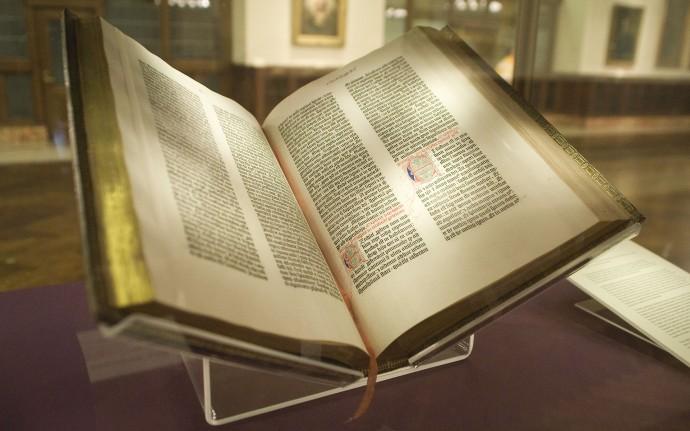 Biblia Gutenberga z połowy XV wieku na papierze konopnym © NYC Wanderer / Kevin Eng