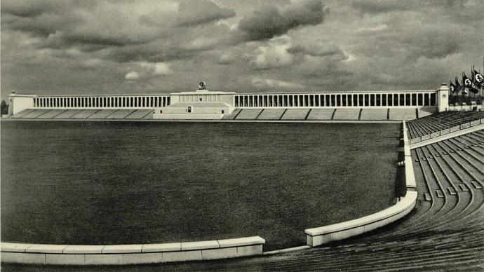 Trybuny zbudowane przez Speera na Polu Zeppelina © Bundesarchiv