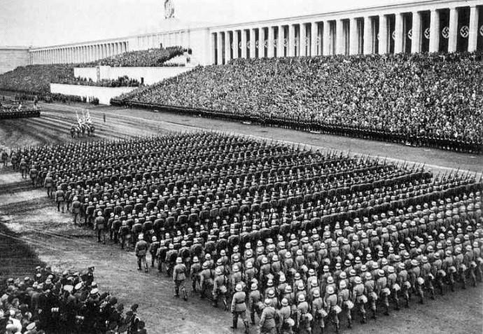 Parada Wehrmachtu na Polu Zeppelina podczas ostatniego zjazdu NSDAP w 1938 roku © Bundesarchiv