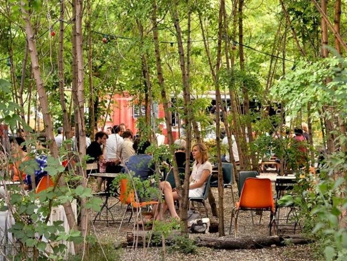 Pośród kawiarnianych stolików przez kilka lat zdążyły wyrosnąć drzewa © Marco Clausen/Prinzessinnengarten