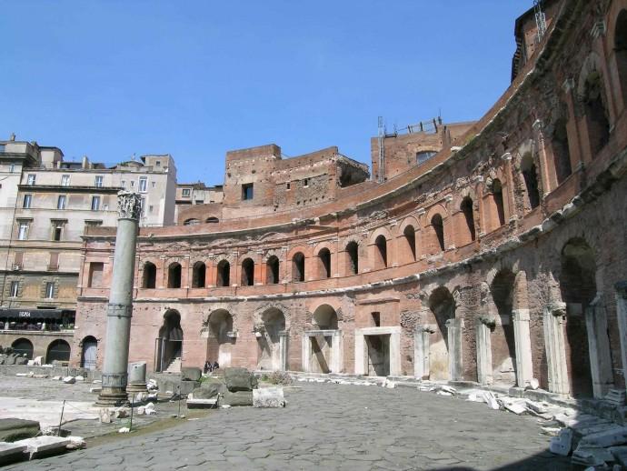 Aymonino wzorował się m.in. na Forum Trajana z 113 roku © Zello