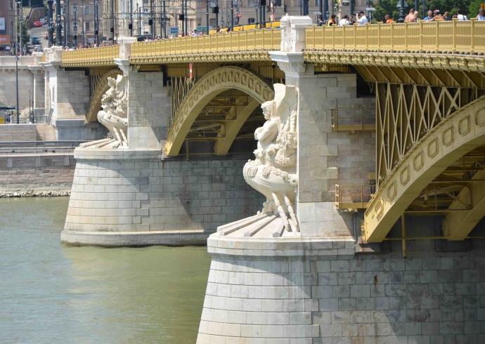 Zdobiona rzeźbami Adolphe'a Thabarta przeprawa do Budy © Garvest