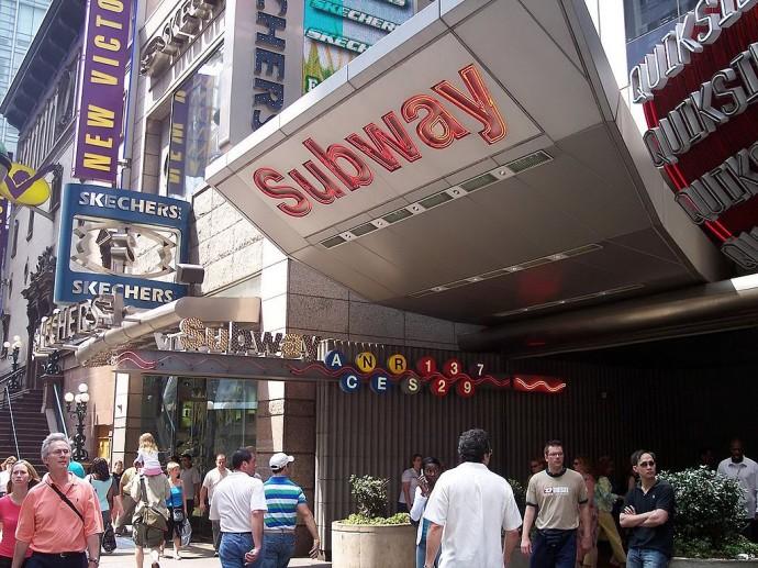 Wejście do metra przy Times Square © Uris / Wikimedia Commons