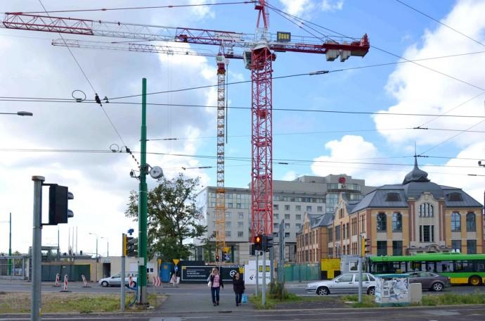 Górujące nad miastem żurawie nie osiągnęły jeszcze docelowej wysokości © Garvest