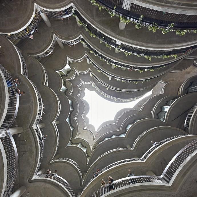 Atrium otoczone galeriami to idée fixe projektu © Hufton and Crow