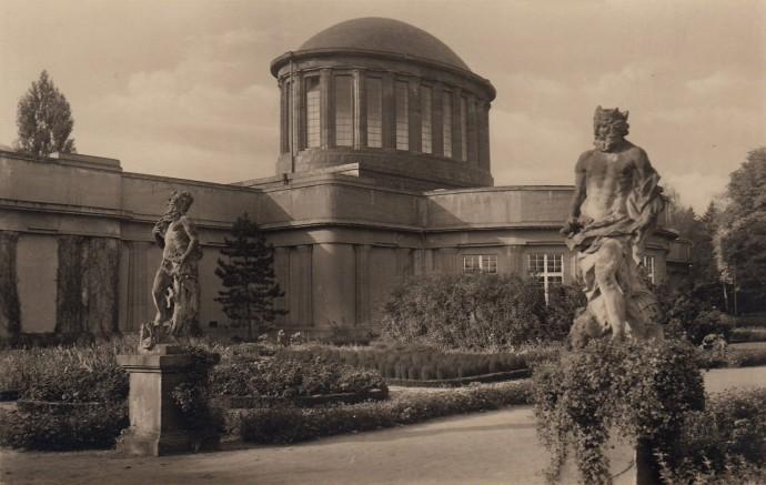 Greccy bogowie w parku otaczającym pawilon © Wratislaviae Amici
