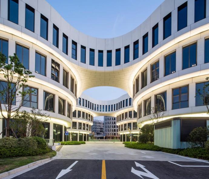 Efektowna fasada z lekkich paneli GRC © Shen Photo
