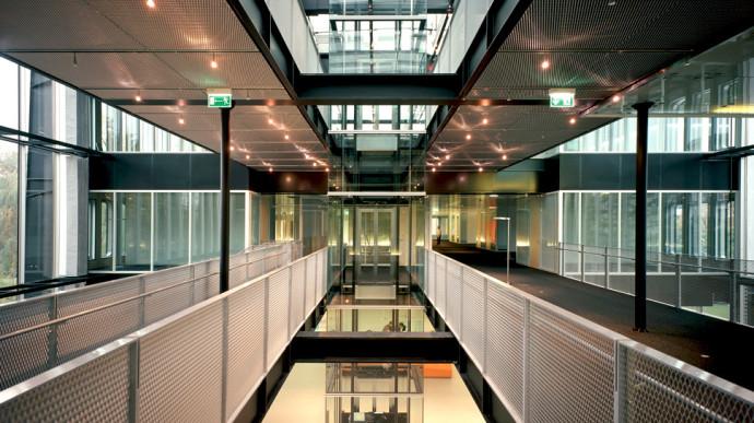 Świetlik w suficie biegnie przez całą długość budynku © Pargade Architectes