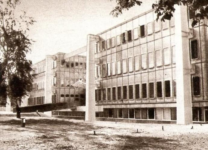Pomalowane na jasno stalowe słupy i nieogrodzony teren ambasady w latach 70.