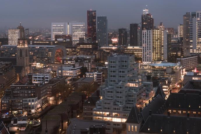 Centrum Rotterdamu z Halą targową po lewej i Timmerhuis po prawej © OMA / Sebastian van Damme