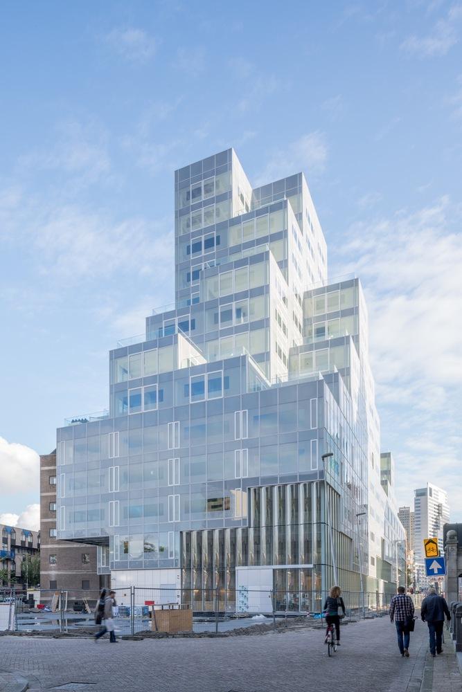 Funkcje budynku sygnalizuje elewacja: handlową i kulturalną, biura, a powyżej czwartego mieszkania  © OMA / Ossip van Duivenbode