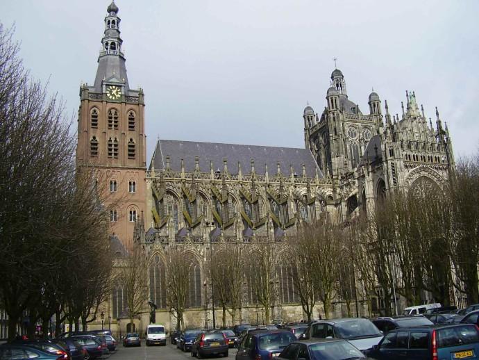 Romańska wieża dzwonnicza obudowana gotycką katedrą przy Parade @ Waldo Gadellaa