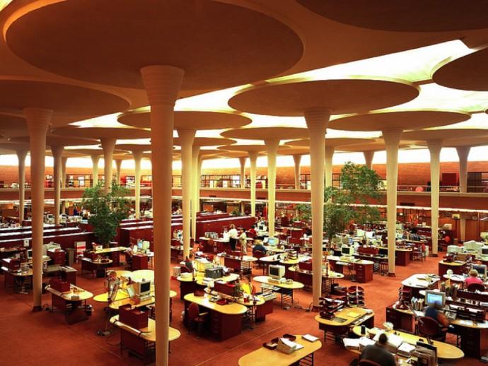 Otwarta przestrzeń biurowa ponadsześciometrowej wysokości © SC Johnson