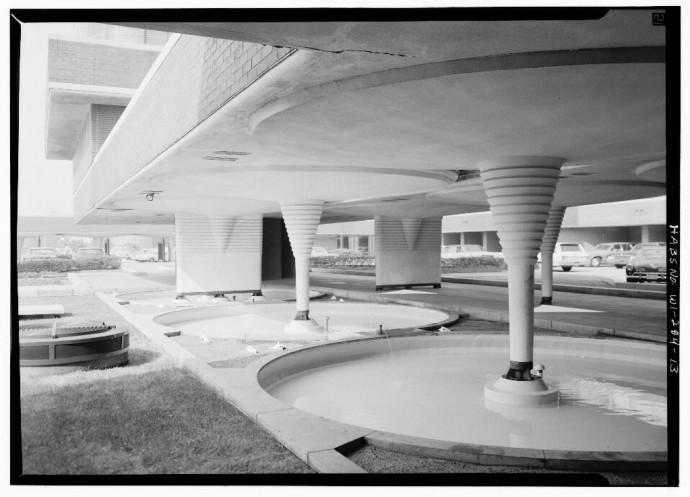Kolumny przy parkingu przypominają fontanny zamrożonej wody © Jack E. Boucher, Biblioteka Kongresu