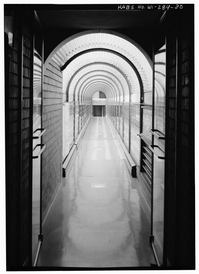 Szklany korytarz nad parkingiem © Jack E. Boucher, Biblioteka Kongresu