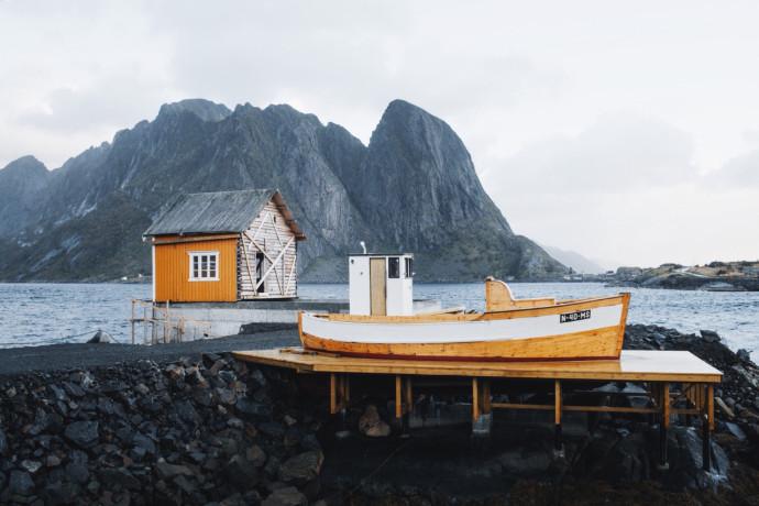 Chatka rybacka na jednej z wysp norweskiego archipelagu Lofoty © Lyes Kachaou