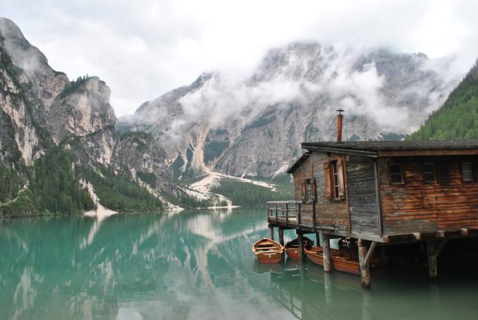 Dom na palach zanurzonych w jeziorze Braies, we włoskim Tyrolu Południowym © Luca Varenna