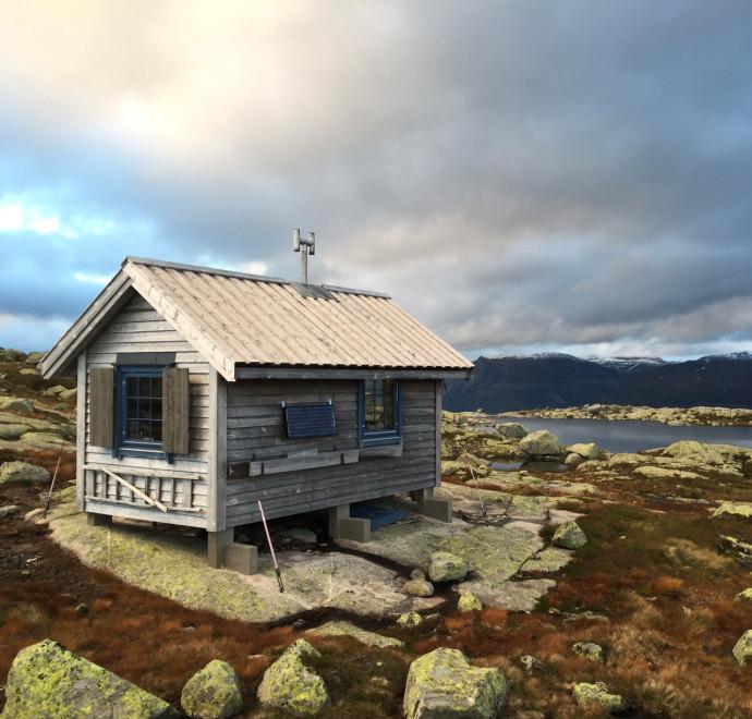 Domek letni na norweskim lodowcu Folgefonna © Bjørnar Bolstad