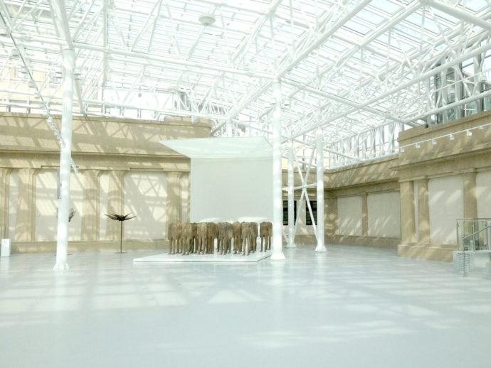 Rzeźby Magdaleny Abakanowicz na dziedzińcu Pawilonu Czterech Kopuł © Garvest