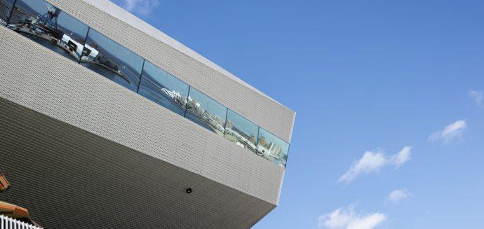 Najwyższe piętro biblioteki i przeglądający się w nim port © Schmidt Hammer Lassen Architects