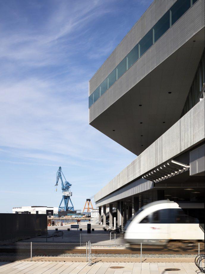 Miejskie pojazdy szynowe w Danii bardziej przypominają kolej niż tramwaje © Schmidt Hammer Lassen Architects