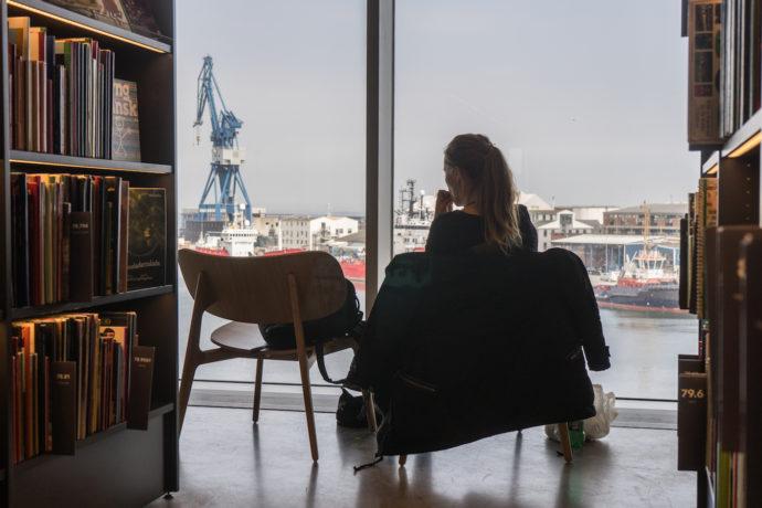Czytelnia jest wszędzie tam, gdzie ustawisz krzesło © urbanmediaspace.dk
