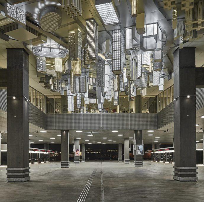 Instalacja Magiczne Grzyby stworzona pod biblioteką przez słynny duet artystów Elmgreen and Dragset © Schmidt Hammer Lassen Architects