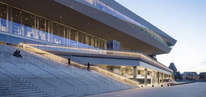 Łagodne schody zapraszają do wejścia i spoczynku © Schmidt Hammer Lassen Architects