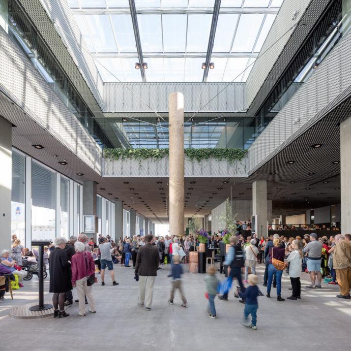 Dzwon rurowy w holu, odzywający się zawsze wtedy, gdy na świat przychodzi nowy mieszkaniec Aarhus © urbanmediaspace.dk