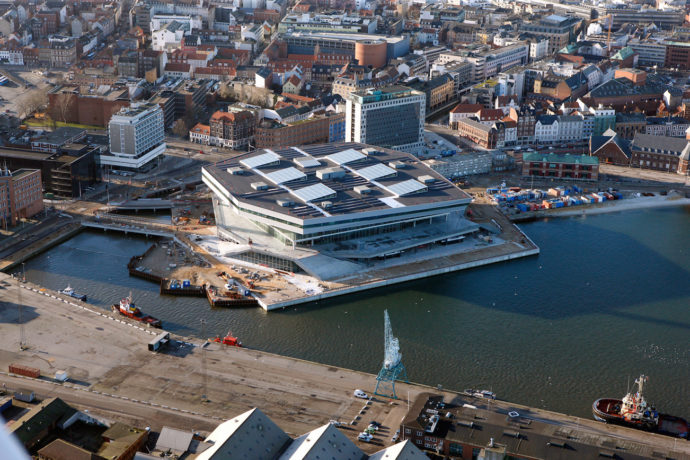 Panele fotowoltaiczne na dachu biblioteki © urbanmediaspace.dk