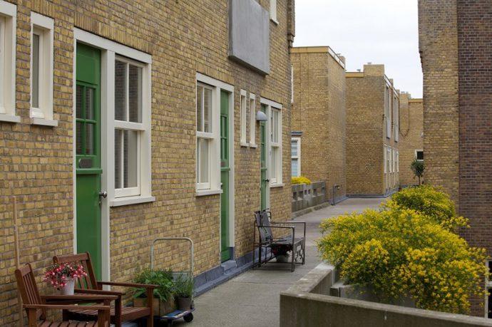 Wróciły zielone drzwi, drewniane okna i betonowe kwietniki © Justus Kwartier