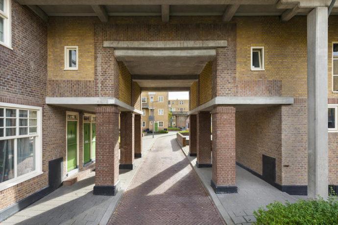 Ubytki elewacji uzupełniono cegłą specjalnie wyprodukowaną w tym celu © Molenaar & Co architecten / Bas Kooij