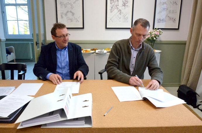 Paweł Haberland ze Skanska i Wim Perquy, partner Garvestu podpisują umowę na realizację biurowców © Garvest