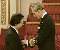 Prince Charles presents Shun Au with his OBE in 2006.