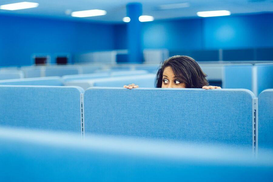 uma chefe monitorando no escritório - Pontomais