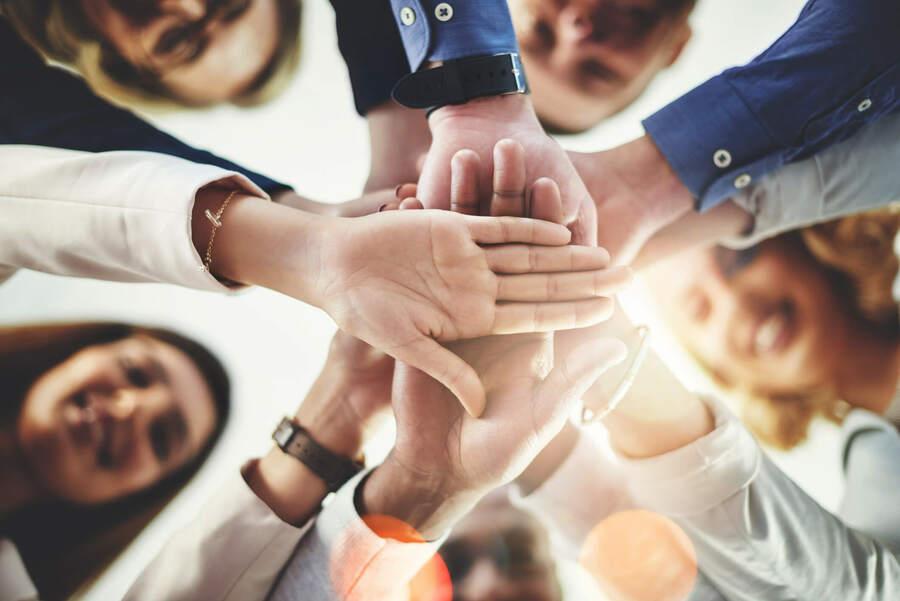 grupo de business partners juntando as mãos