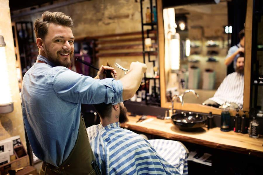 homem cortando o cabelo de outro - Pontomais
