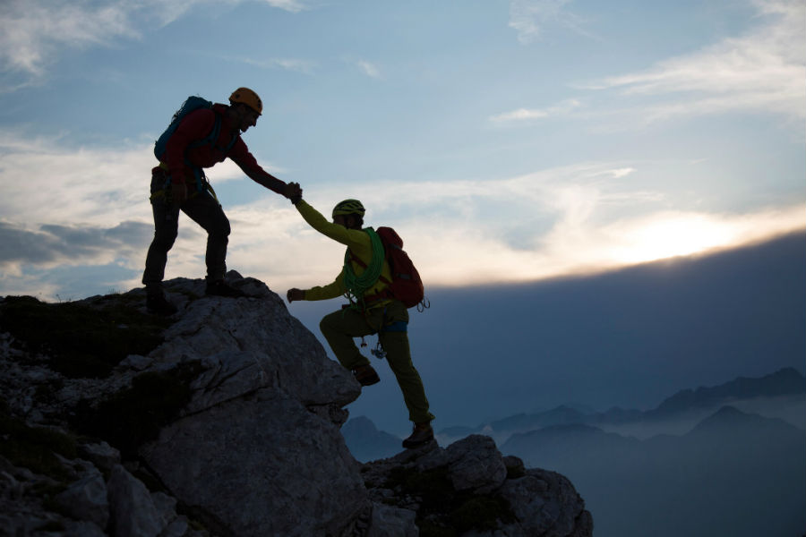 2 homens superando desafios com a gestão de RH