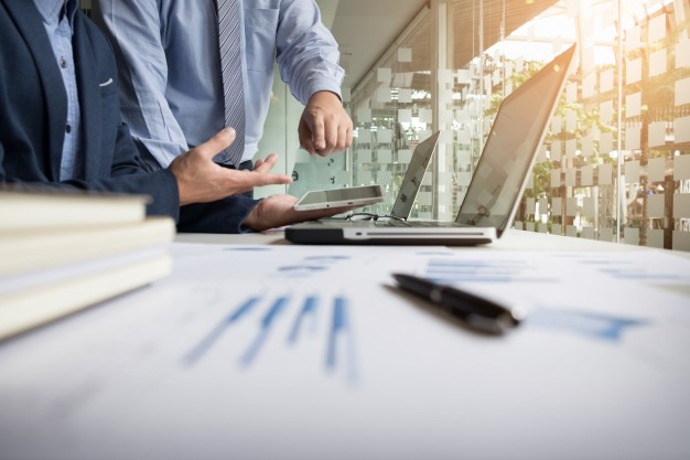 assessoria-de-negocios-que-analisa-figuras-financeiras-indicando-o-progresso-no-trabalho-da-empresa_1423-97 pontomais 2019 Cartaz de blackfriday em preto, escrito em amarelo 50% off. Mão segura um celular à direita da imagem