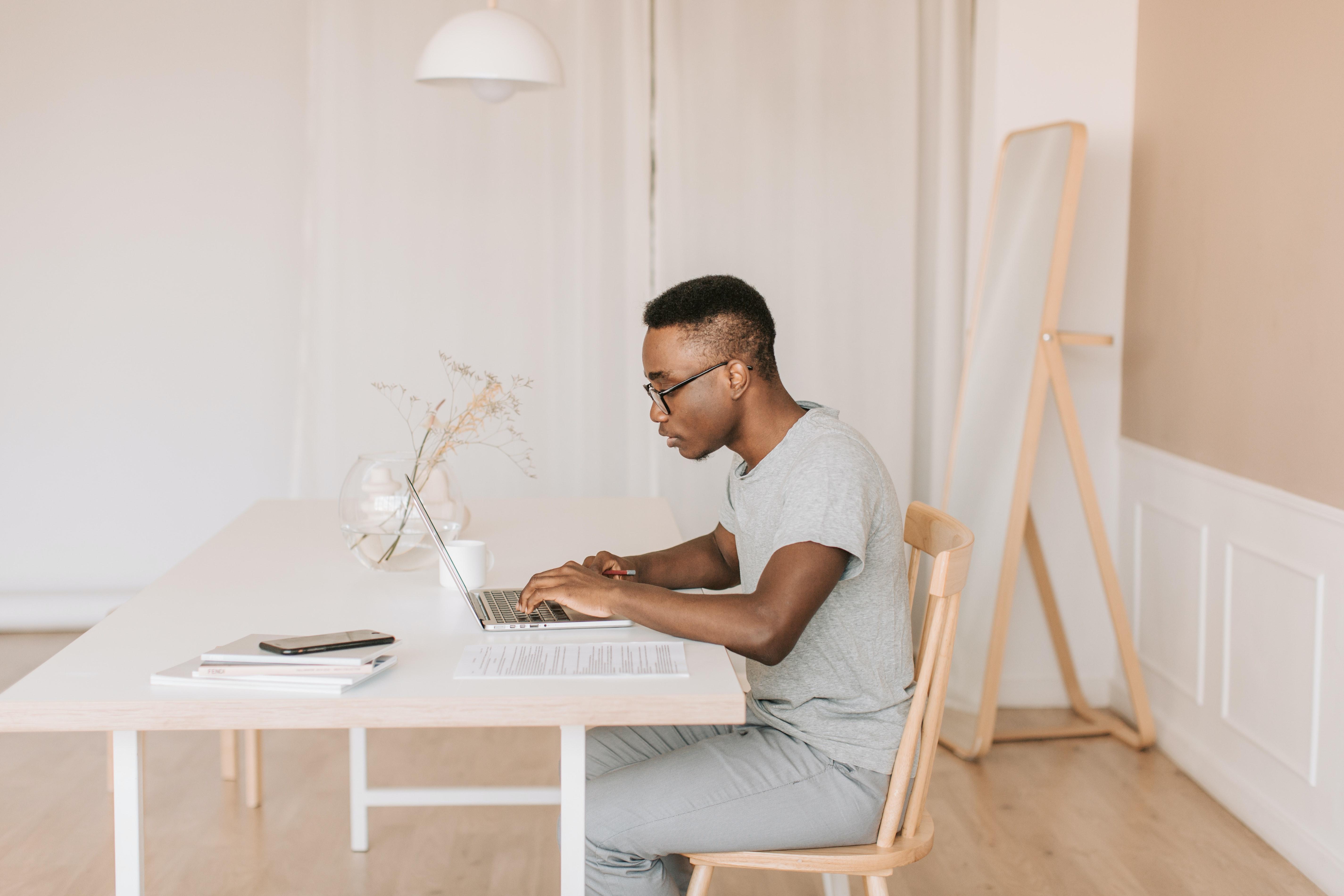 Trabalho remoto, teletrabalho e home office: qual a diferença e o que diz a lei?