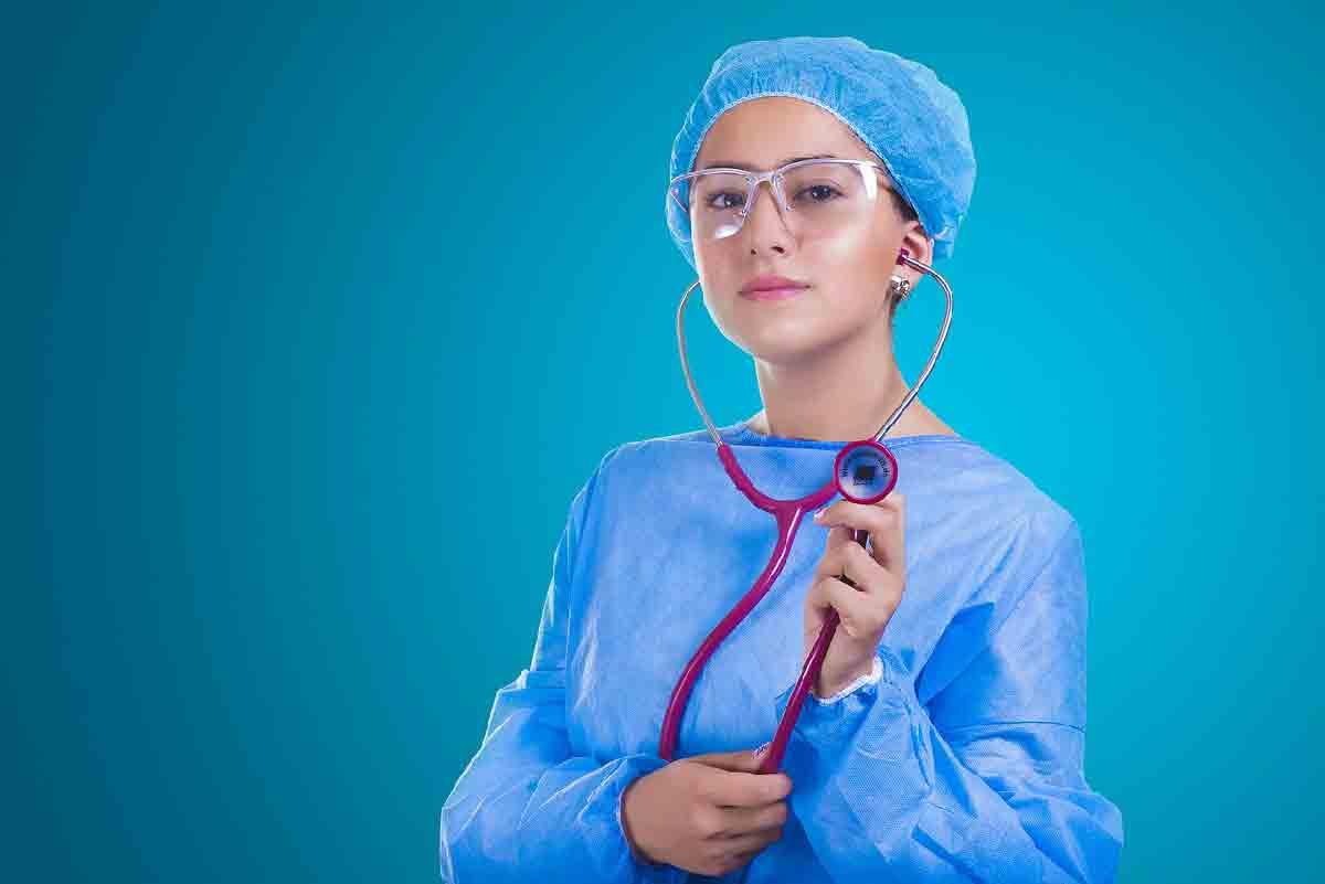 un medico donna in primo piano