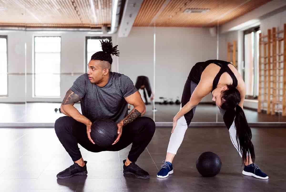 un ragazzo e una ragazza si allenano in palestra