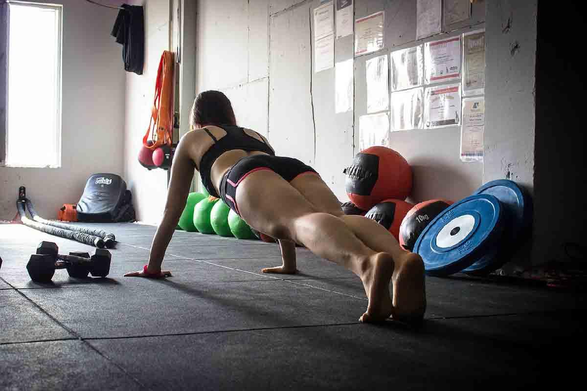 una ragazza viene ripresa mentre effettua un plank