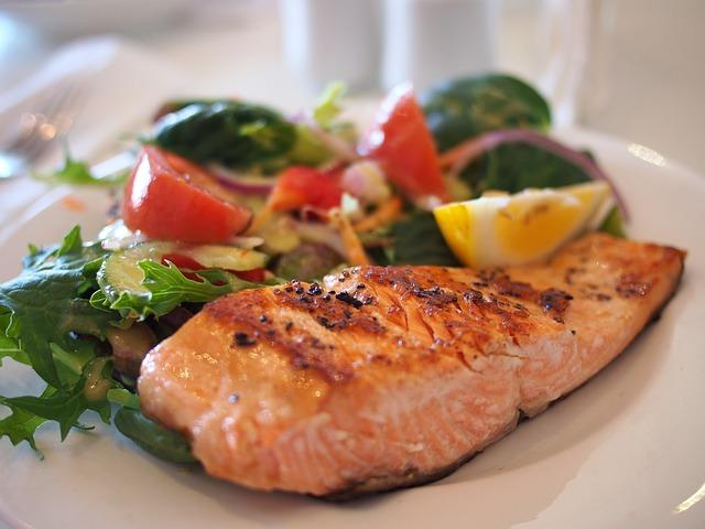 un piatto di salmone grigliato in primo piano