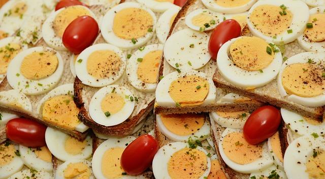 uova sode con pomodorino in primo piano
