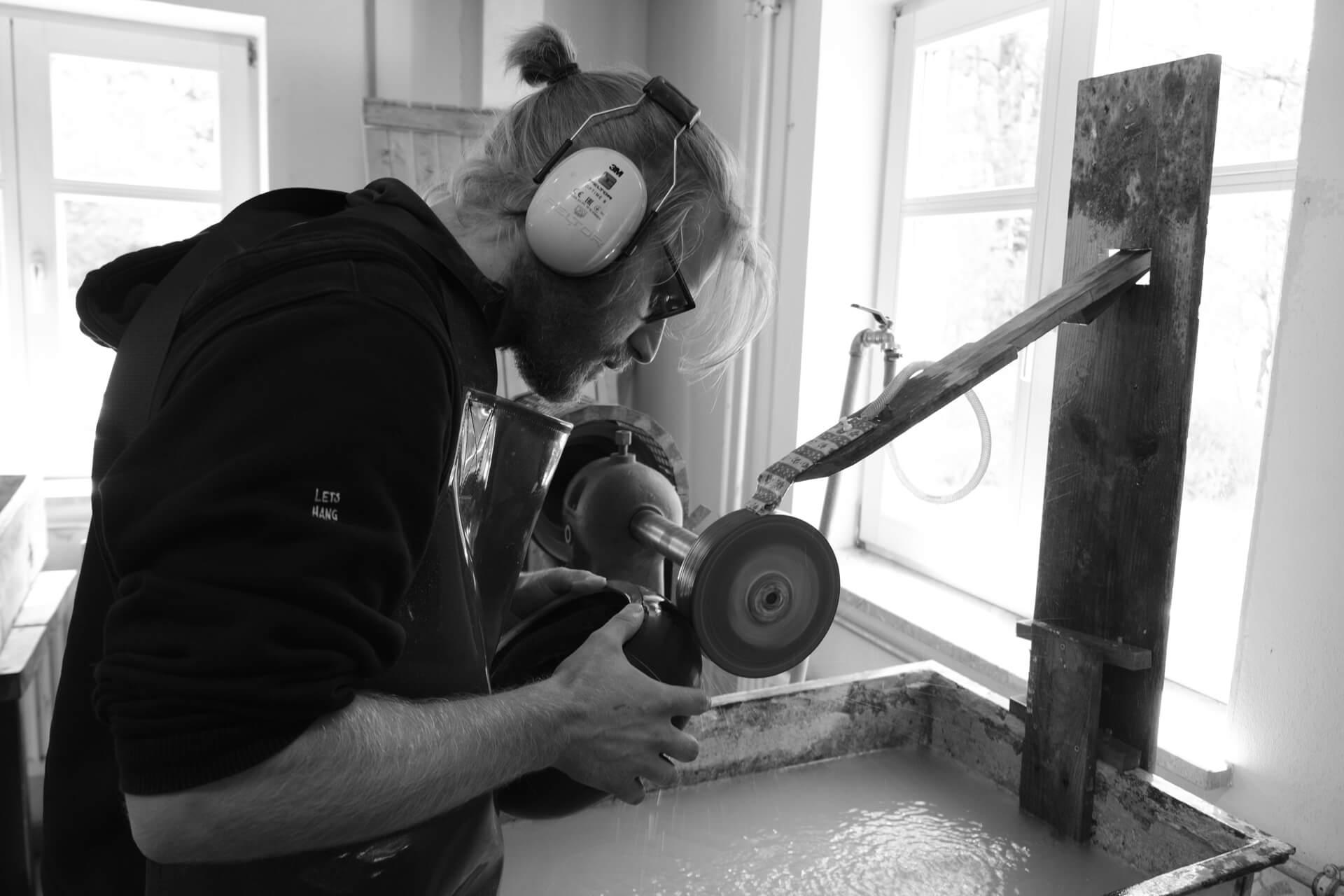 Jonas Niedermann, grinding glass, glass artist at work