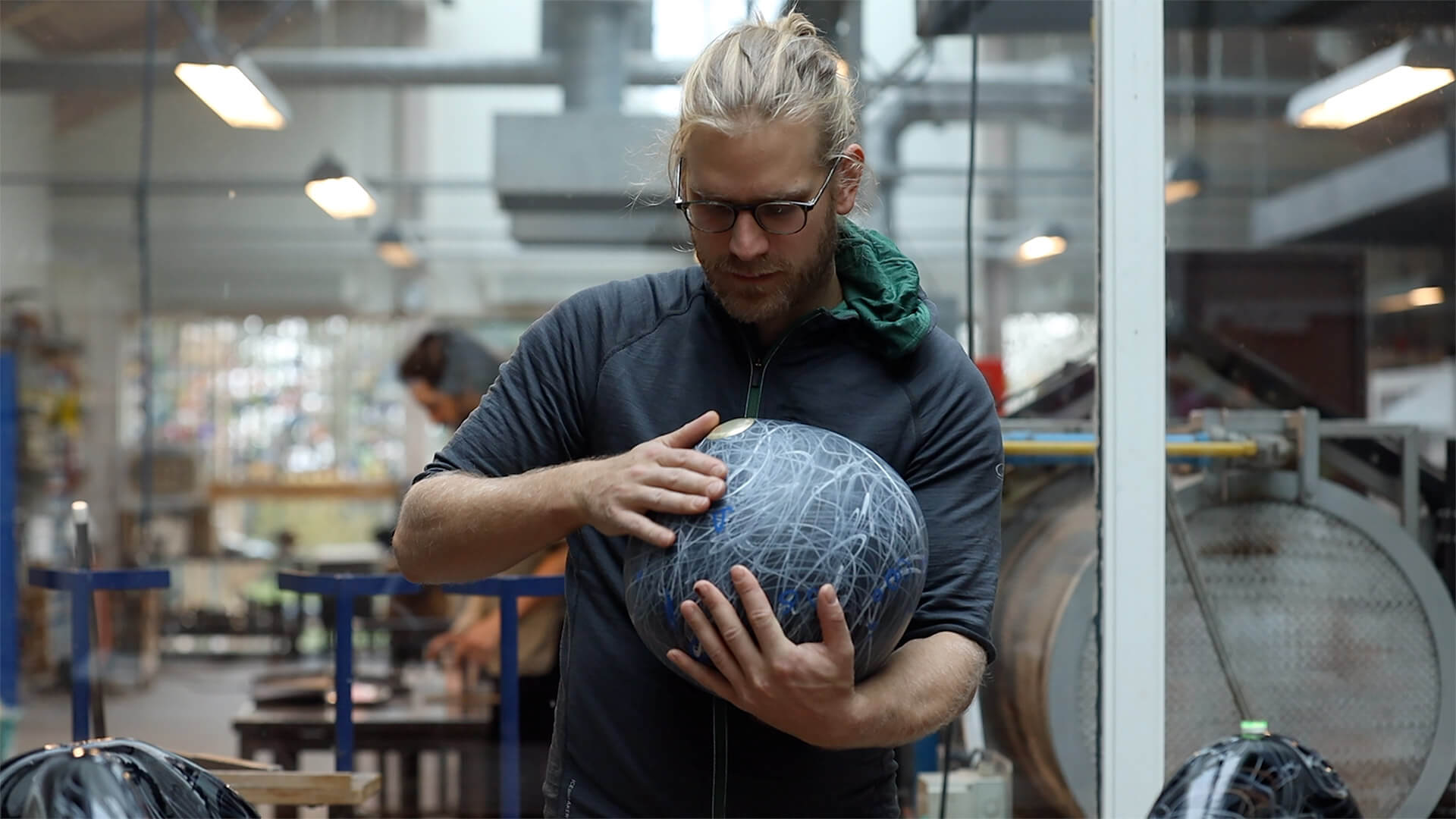 Jonas Noël Niedermann, glass artist, working portrait, Finn Lynggaaard 2020