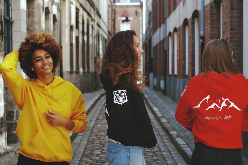 North Behavior photo vêtement jaune noir et rouge